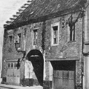 Poortgebouw aan de Cellebroedersstraat van het cellebroedersklooster (uit: Cellebroeders (1965), z.p.)