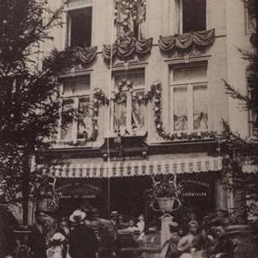 Het mirakel van 'het kind van de Morin' tijdens de Virga Jessefeesten van 1905, door het rot van de Kapelstraat. (foto: collectie Virga Jessecomité)