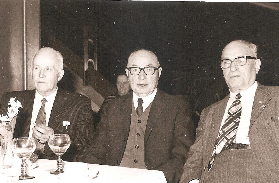 Drie hoofdinspecteurs van de politie (Berten, Mebis en Fittelaer), op een feest van gepensioneerden (uit: privécollectie)