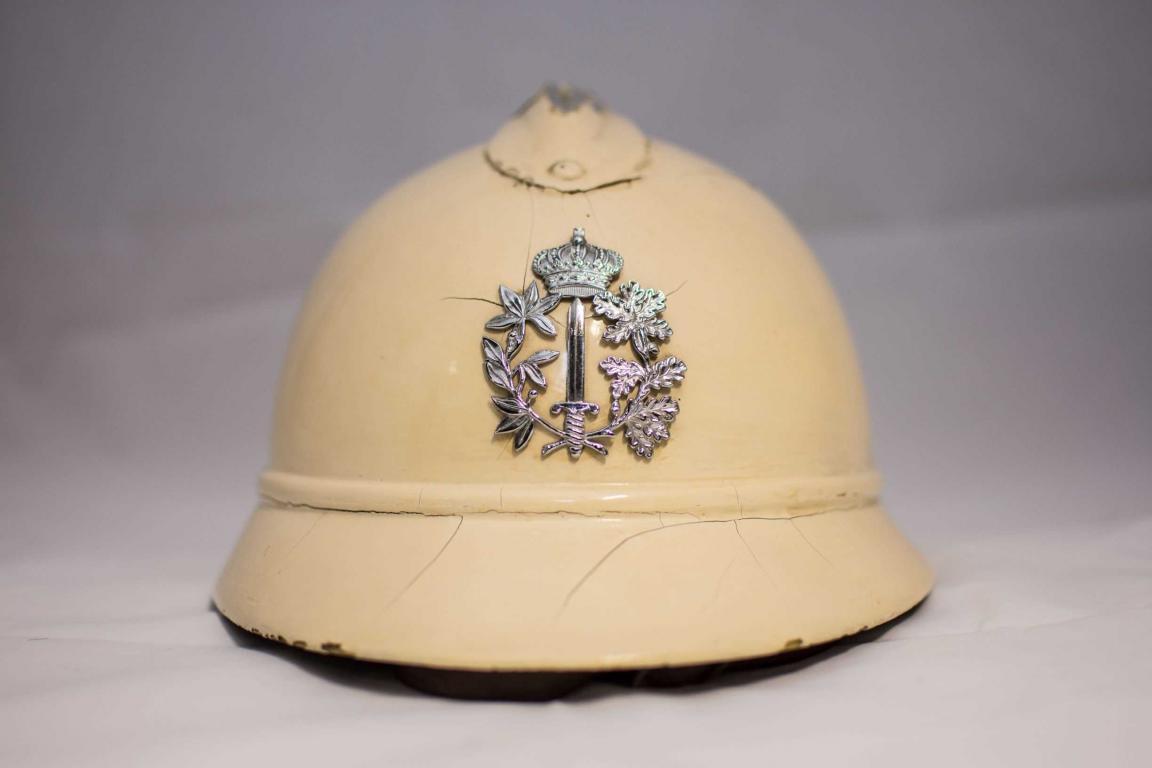 De witte politiehelm van Louis Berten, die hij gedurende zijn hele loopbaan gebruikte (uit: privécollectie)