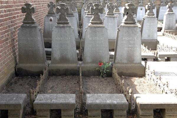 Grafstenen Ereperk oud-strijders 1914-1918 (Oud Kerkhof, Kempische Steenweg) (foto: Annemie America, 2014)
