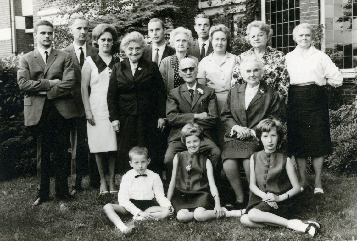 Georges Kolb en Rebecca Ann Hoy, met familie, bij hun 50-jarig huwelijk, 1964 (foto: privécollectie)