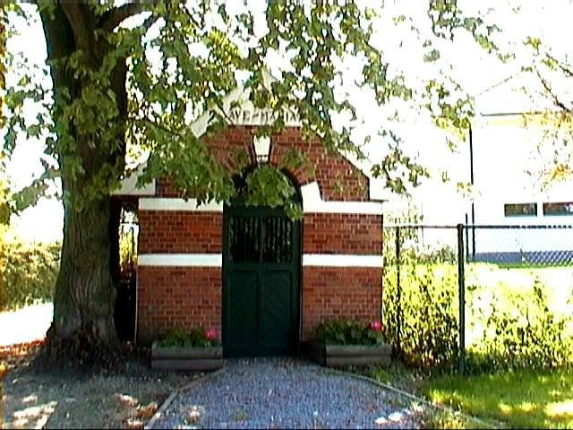 Kapel Onze-Lieve-Vrouw van Zeven Smarten, Pietelbeekstraat (uit: http://kadoc.kuleuven.be/kapelletjes/images/lim/46has664431.jpg, 2000)