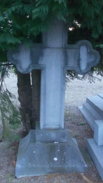 Gedeelte van grafmonument van Johannes Josephus Pollenus en zijn echtgenote Maria Margaretha Palmers, kerkhof De Willeman Kermt (foto: Jenny Mees)