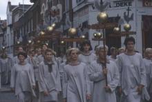 Virga Jesseommegang 1996. Openingsgroep: de parochiestandaarden, in de Dorpsstraat. (collectie Virga Jessecomité)