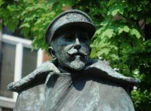Detail standbeeld 'Adrien de Gerlache' aan de Guffenslaan (foto: Annemie America, 2007)
