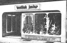 """Dit is de voorgevel van de jongste boetiek van Hasselt: «JUNIOR» in de Aldestraat, 20 (uit: """"Junior"""", jongste boetiek van Hasselt, geopend (1972))"""