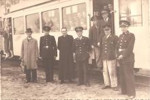 Louis Berten met schoolkinderen bij de tram, 1943 (uit: privécollectie)