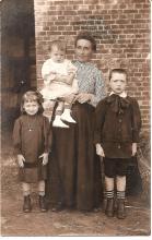 Louis Berten op 2-jarige leeftijd met zijn moeder, broer en zus, 1905 (uit: privécollectie)