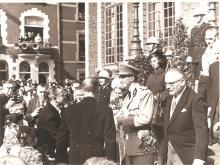 Blijde intrede van Koning Boudewijn en Koningin Fabiola, trappen van het stadhuis, 1962, met naast de koningin Louis Berten, met de witte helm en de 2 sterren op de kraag (uit: privécollectie)