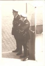 Louis Berten met collega Machiels aan het wachthuisje op de Grote Markt, 1960 (uit: privécollectie)