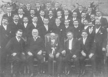 Groepsfoto van het voltallige personeel van drukkerij Michiel Ceysens in 1904 (uit: Hasselt in oude prentkaarten (2003), nr. 9)