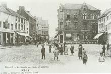 Gezicht op de Fruitmarkt in de richting van de Hoogstraat met rechts de drie panden, ca. 1900 (prentbriefkaart)