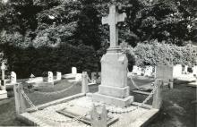 Grafsteen Hyacint Martens (1847-1919) met gedenksteen uit 1983, kerkhof Stevoort