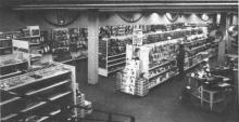 Een gezicht op de afdeling gereedschap en materialen in het Free Time-Center te Hasselt: keuze te over en prettig om winkelen. Ook de beroeps vinden hier wat ze nodig hebben. (uit: Free Time-Center Hasselt: alles voor doe het zelver! (1974))