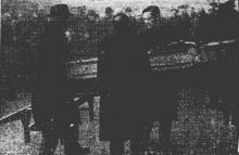 Het stoffelijk overschot van Z.E.H. Habraken wordt uit het sterfhuis gebracht voor 'den ultiemen tocht' (uit: Plechtige Teraardbestelling van Z.E.H. Habraken (1946))