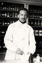 Herman Blux, hulp in apotheek, 1915 (foto: privécollectie)