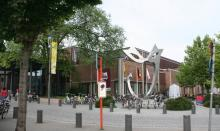 Provinciale Bibliotheek Limburg, hoek Badderijstraat-Martelarenlaan. Het kunstwerk voor het pand heet Zien Zen Zijn (foto: Erfgoedcel Hasselt, 2009)