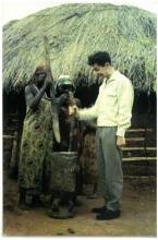 Jozef Verlaak als maniokstamper in Usumbura (Burundi), 18 december 1960 (foto: privécollectie)