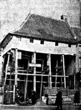 """Aldus werd het onderste gedeelte van «De Wijzer» afgebroken en bleef de bovenhelft met het dak in de oorspronkelijke staat bewaard. (uit: Verbouwingswerken aan """"De Wijzer"""" te Hasselt (1953))"""