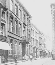 Op het voorplan links De Wynroemer aan de noordkant van de Kapelstraat (uit: Hasselt intra muros (1989), p. 163)