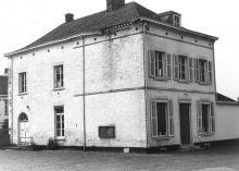 """Voormalig gemeentehuis, resterende vleugel van een vroeger speelhof, het z.g. """"Kasteel van Kermt"""", Diestersteenweg 206 (uit: Inventaris van het cultuurbezit in België (1981), fig. 863 - Frieda Schlusmans, 1976 - Vlaamse Gemeenschap)"""