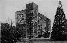 """Kasteel 't Hollandt, jaren 1930 (prentbriefkaart; collectie Stadsarchief Hasselt). Tekst op keerzijde: HASSELT / School voor Verpleegsters """"MATER SALVATORIS"""" / Salvator Kliniek / HASSELT / Clinique Salvator - Ecole pour infimière."""