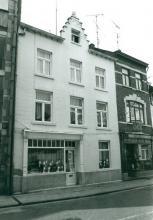 De Witte Haen, Maastrichterstraat 69 (uit: Inventaris van het cultuurbezit in België (1981), fig. 663 - Frieda Schlusmans, 1975 - Vlaamse Gemeenschap)