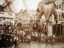 Ommegang 1891. Zegen met het Heilig Sacrament van Mirakel, op de Grote Markt. (collectie Virga Jessecomité)
