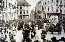 """Ommegang 1926. Deel 1, groep 7: """"Geboorte van Jezus"""": wagen met kerststal op de Grote Markt. (collectie Virga Jessecomité)"""