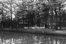 Vijver Sint-Michielsdomein met op de achtergrond de cafetaria, jaren 1950 (uit: Kiewit & Banneux / Warm aanbevolen (2008), p. 86)