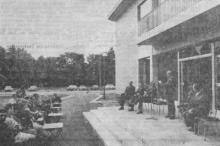 Burgemeester 's Heeren tijdens zijn toespraak op de pui van het nieuwe gemeentehuis (uit: Gemeentehuis van Stevoort plechtig ingehuldigd (1970))