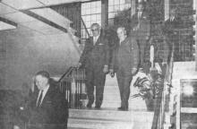 De heer Roppe, minister Bertrand en de heer burgemeester 's Heeren bij het bezoek aan het nieuwe gemeentehuis, op de achtergrond het prachtig wandglasraam van de H. Martinus (uit: Gemeentehuis van Stevoort plechtig ingehuldigd (1970))