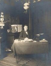 Procureur des Konings Clement Van Straelen (1875-1953), in zijn bureau van het kantoor Provinciaal Hulp- en Voedselcomité, 1917 (detail foto, collectie Stadsarchief Hasselt)