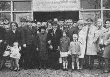 Het briljanten echtpaar, omringd door kinderen en kleinkinderen, na de plechtige dankmis.(uit: Uitzonderlijk huwelijksfeest op St-Jansheide te Kuringen / Jefke Veekmans en Marieke Trekels met briljant gekroond (1967))