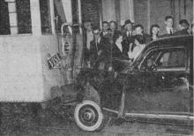Zoals men op de foto ziet zijn de auto en de tram pal op mekaar ingereden. (uit: Dhr WalterThijs, socialistisch Kamerlid, verongelukt te Genk (1957), p. 1)