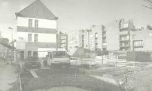Nadat de werken in '95 zijn stilgelegd, kunnen er nu op de parkeergarage in de Witte Nonnenstraat toch seniorenflats worden gebouwd. (uit: Derde keer, goede keer voor bejaardenflats (2000))